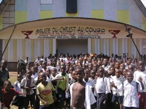 photo of children in front of the Eglise Du Christ au Congo building